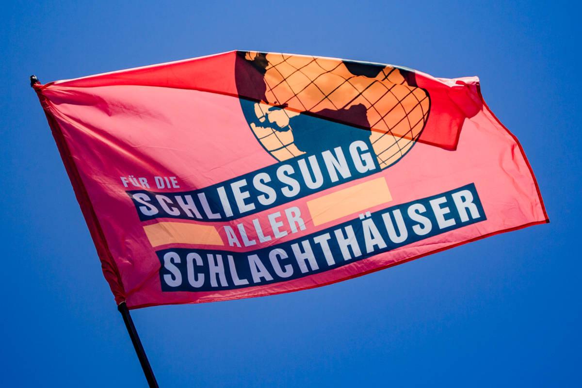 Fahne: Schließung aller Schlachthäuser
